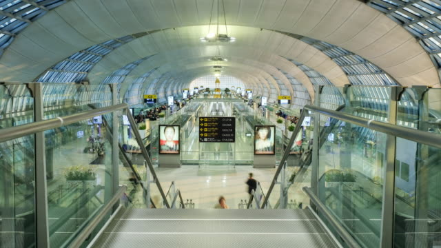 timelapse 4k terminal flughafen suvarnabhumi bangkok thailand - kiosk stock-videos und b-roll-filmmaterial