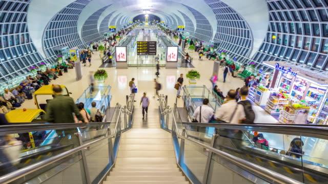 vidéos et rushes de time-lapse 4 k : foule de voyageurs au hall d'embarquement de l'aéroport de départ - escalier