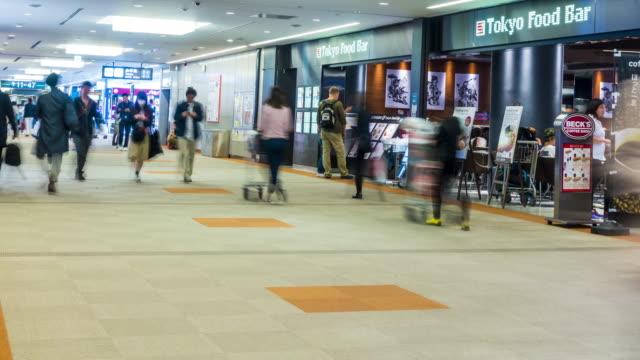 時間経過の 4 k: 空港出発搭乗ターミナル日本で旅行者の群衆 - 床点の映像素材/bロール