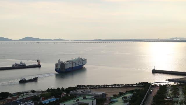 vídeos y material grabado en eventos de stock de timelapse a hyundai glovis co rollon/rolloff cargo ship sails near the port of incheon in incheon south korea on monday sept 4 2017 - desodorante
