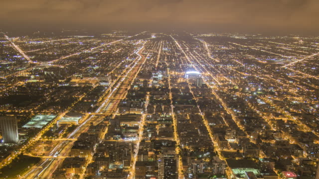4k time-lapse: aerial chicago cityscape at dusk - fang stock-videos und b-roll-filmmaterial