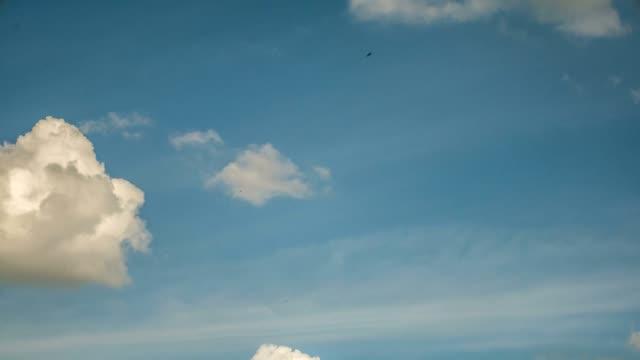 vidéos et rushes de timelapse aerial shot de nuages sur le ciel bleu - low angle view