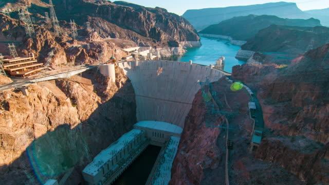 vídeos de stock, filmes e b-roll de timelapse aerial shot of hoover dam with lens flare - represa hoover
