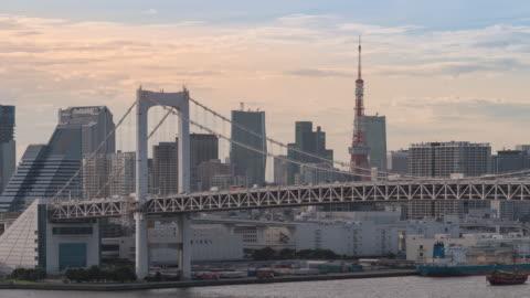 vidéos et rushes de time-lapse: pont arc-en-ciel aérien de tokyo avec tokyo tower japon au coucher du soleil - haut lieu touristique international