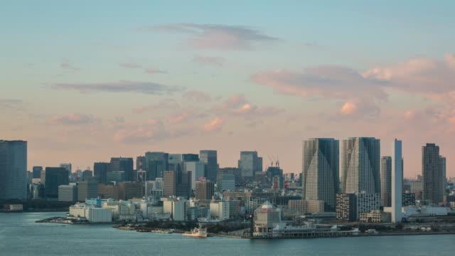 4 k time -lapse (低速度撮影):上空から東京の街並みのお台場からの夕暮れ - 多重露出点の映像素材/bロール