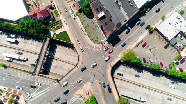 timelapse aerial video of the traffic at the intersection on the bridge over the highway 95 in new rochelle, westchester county, usa - autostrada interstatale americana video stock e b–roll