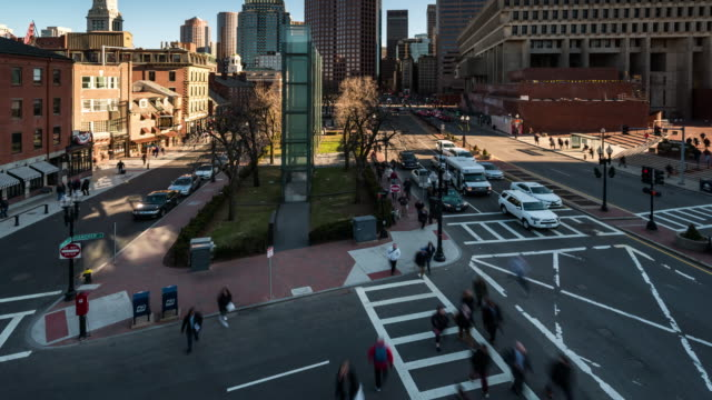 vídeos de stock, filmes e b-roll de time-lapse: vista aérea do salão de cidade de boston e do mercado público em ma da baixa eua - boston massachusetts