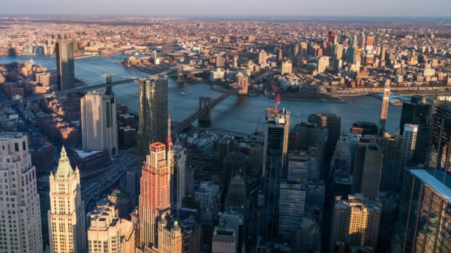 タイムラプス:ブルックリン橋マンハッタン橋とウィリアムズバーグ橋、ブルックリンニューヨーク市の夕日の空中写真 - マンハッタン橋点の映像素材/bロール