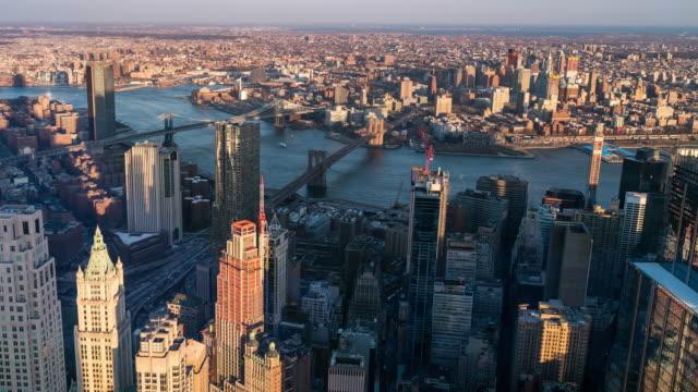 vídeos de stock e filmes b-roll de timelapse: aerial view of brooklyn bridge manhattan bridge and williamsburg bridge,brooklyn new york city sunset - ponte de manhattan