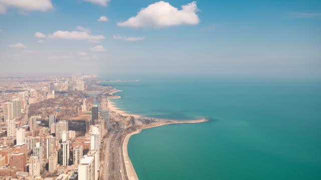 vídeos de stock, filmes e b-roll de lapso de tempo: vista aérea da arquitectura da cidade da skyline de chicago e da costa do ouro lado norte do lago michigan, il eua - usa