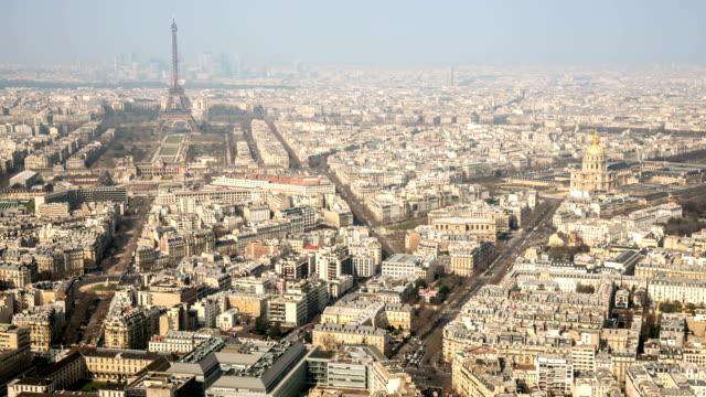 stockvideo's en b-roll-footage met hd timelapse: aerial view of eiffel tower and paris cityscape - kapiteel