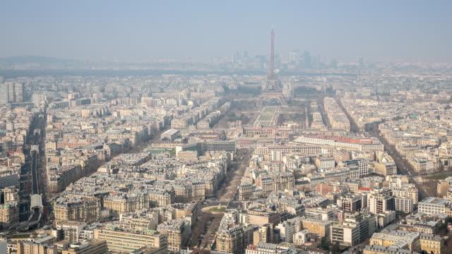 vidéos et rushes de 4 k, le temps qui passe : vue aérienne de la tour eiffel et la ville de paris - observatoire