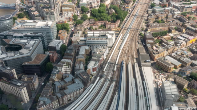 vídeos de stock e filmes b-roll de time-lapse aerial view of train arrival and departure in london england uk - reino unido