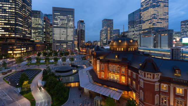 4kタイムラプス:東京・夕暮れ時の東京駅前の歩行者の群衆の航空写真。 - 駅点の映像素材/bロール
