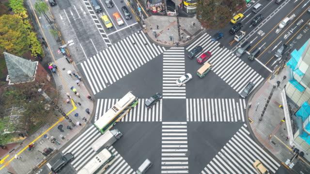 vídeos de stock, filmes e b-roll de time-lapse: vista aérea pedestres atravessam no cruzamento de ginza tokyo japão - cruzando