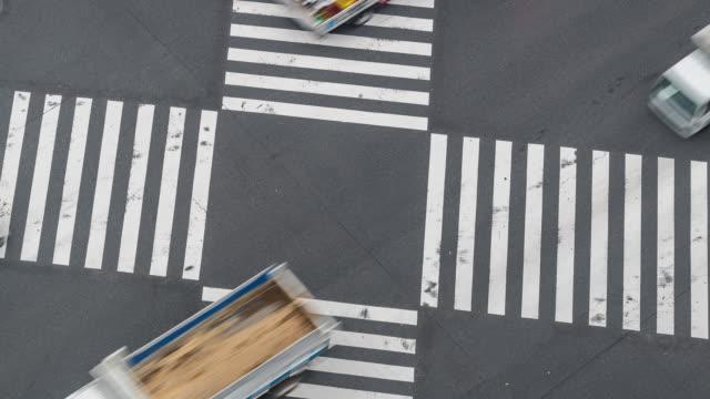 vídeos de stock, filmes e b-roll de time-lapse: vista aérea pedestres atravessam no cruzamento de ginza tokyo japão - passagem de pedestres