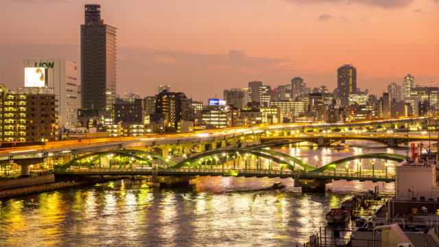 4 k time -lapse (低速度撮影):上空から見た東京の夜の街並みの景観 - 主要道路点の映像素材/bロール