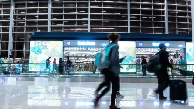 vídeos de stock e filmes b-roll de timelapse : airport passenger terminal - desembarcar