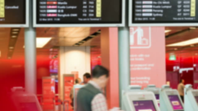 hd-zeitraffer:  flughafen-terminal - flugpassagier stock-videos und b-roll-filmmaterial
