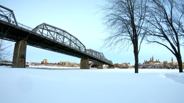 vídeos y material grabado en eventos de stock de lapso de tiempo: alexandra bridge y el río ottawa - colina del parlamento ottawa