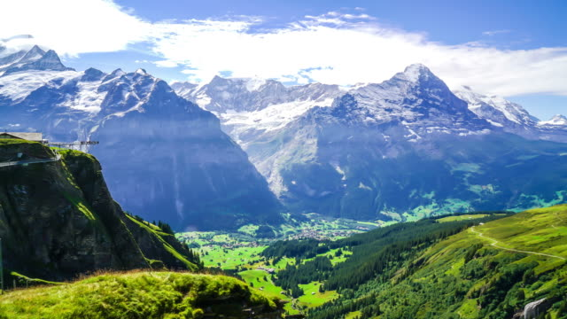 Timelapse Alpen Berg mit Grindelwald Dorf in der Schweiz