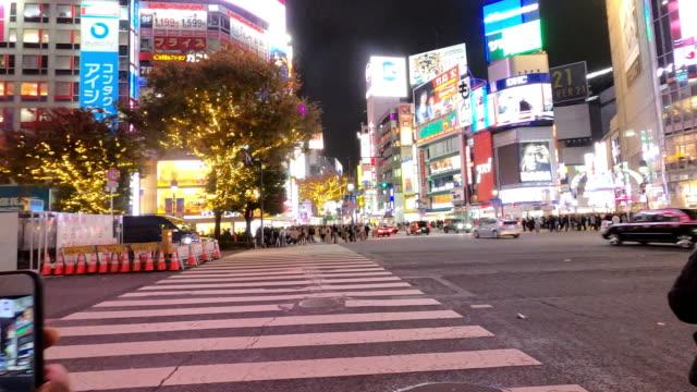 混雑した人々と交差点を横切る車の交通輸送と渋谷シマウマ交差点のタイムラプスとタイムワープ - 祝賀行事点の映像素材/bロール