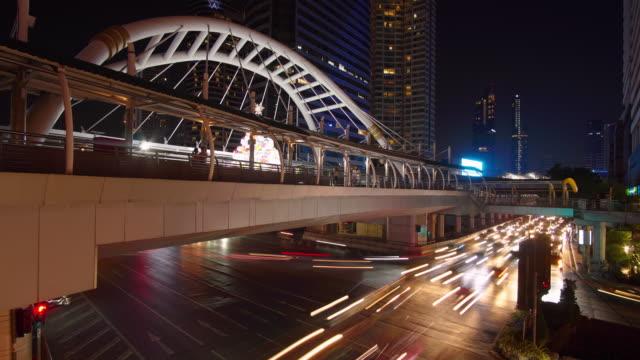 vidéos et rushes de coup de time-lapse et large: trafic de bangkok en nocturne à arbre non constant. - train aérien