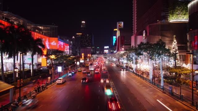 zeitraffer und vergrößern: bangkok verkehr straßenlaterne in der nachtzeit. - heranzoomen stock-videos und b-roll-filmmaterial