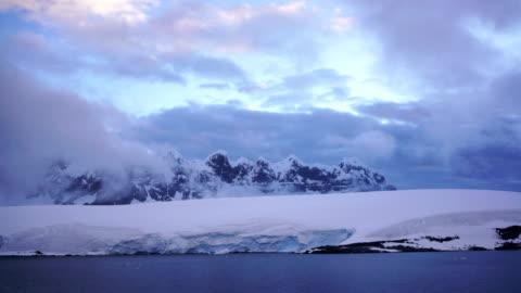 vídeos y material grabado en eventos de stock de time-lapse: glaciar de las montañas del península antártica - antarctica