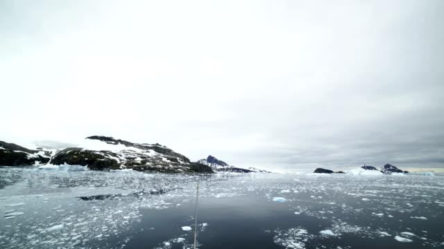 Zeitraffer: Antarktis Touristen auf Schiff Fahrt durch Lemaire-Kanal