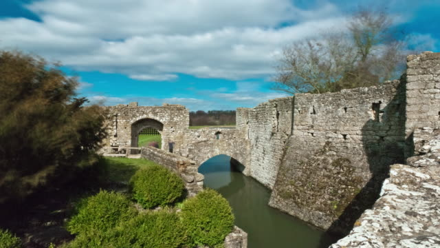 time-lapse as clouds pass over an entrance to leeds castle - 堀点の映像素材/bロール