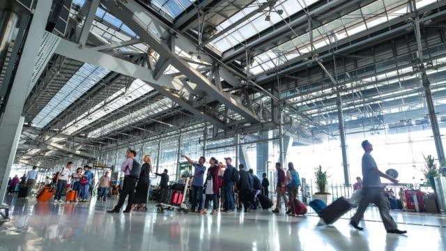 vidéos et rushes de timelapse à l'aéroport en thaïlande - valise