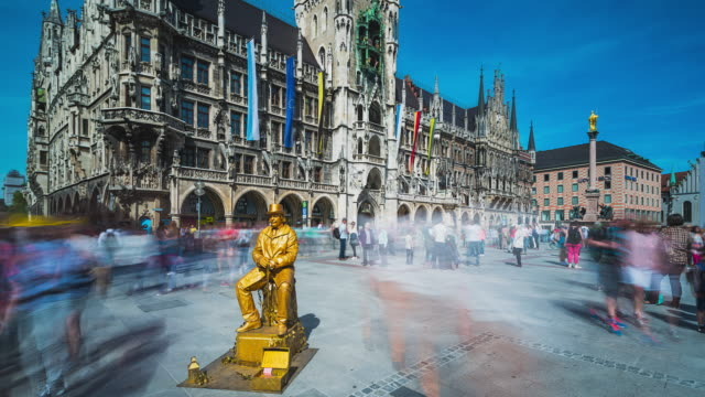 vidéos et rushes de t/l timelapse at munich's marienplatz and the old townhall with a golden showman not moving - rathaus