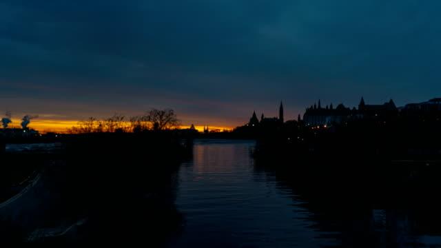 vídeos y material grabado en eventos de stock de timelapse en el río ottawa-ottawa, canada - colina del parlamento ottawa