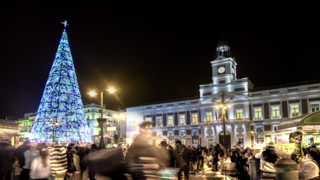 vídeos de stock e filmes b-roll de timelapse at plaza sol madrid with christmas tree with lights - natal
