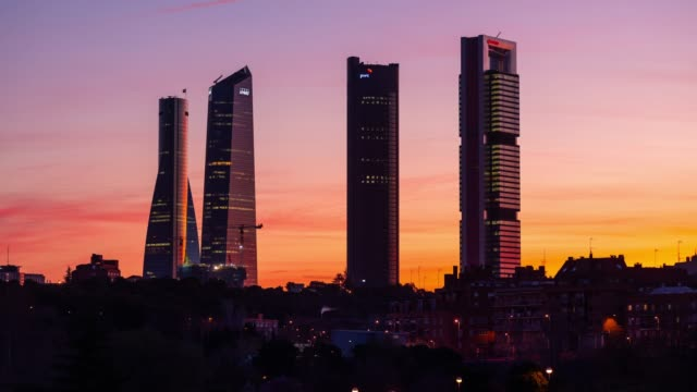 vídeos y material grabado en eventos de stock de timelapse at sunrise of the four towers business area in madrid - panorama urbano