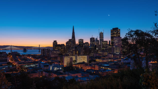 san francisco: timelapse at sunrise of the san francisco skyline - カリフォルニア州 サンフランシスコ点の映像素材/bロール