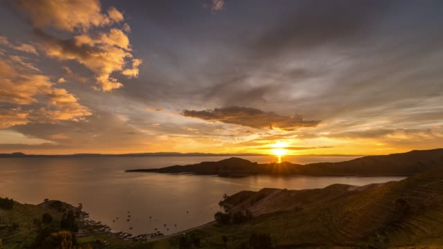 timelapse at sunset of lake titicaca and island of the sun (isla del sol) - ボリビア点の映像素材/bロール