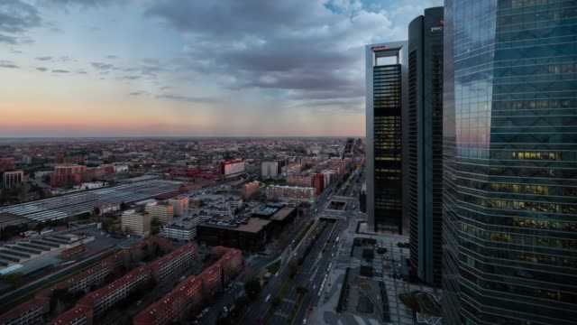 vídeos y material grabado en eventos de stock de time-lapse at sunset of madrid from torre espacio - panorama urbano
