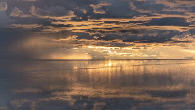 timelapse at sunset of uyuni salt flat, bolivia - ウユニ塩湖点の映像素材/bロール