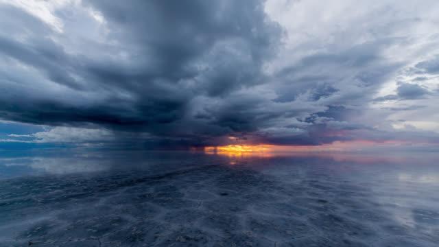 vídeos y material grabado en eventos de stock de timelapse at sunset of uyuni salt flat, bolivia - hacia delante