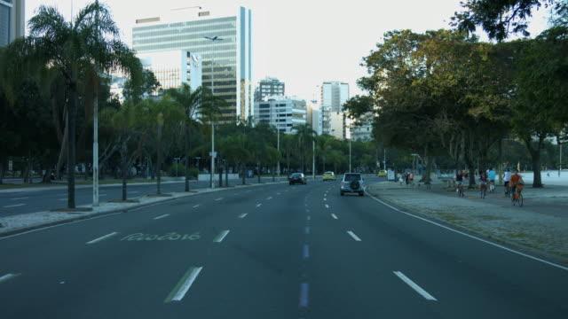 vidéos et rushes de time-lapse aterro do flamengo - cars and cyclists on the street - signalisation au sol