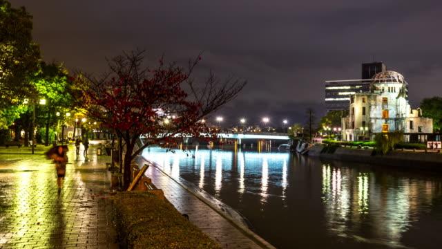 vidéos et rushes de time-lapse 4 k : atomique dôme hiobi ruines le long de la rivière au centre-ville de hiroshima - hiroshima prefecture
