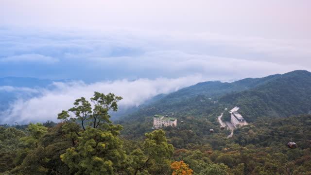 vídeos de stock e filmes b-roll de time-lapse bana hills mountain cable car danang ,vietnam - encosta