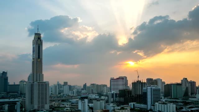 HD Time-lapse: Panorama du centre-ville de Bangkok et l'autoroute au coucher du soleil