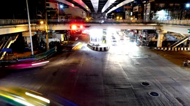 vídeos de stock, filmes e b-roll de tráfego de noite timelapse bangkok - a parar
