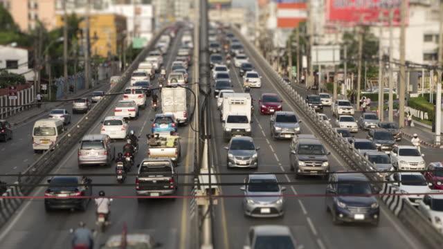 stockvideo's en b-roll-footage met 4k timelapse bangkok thailand straatmening met drukke verkeer along.zoom in stijlen. - file