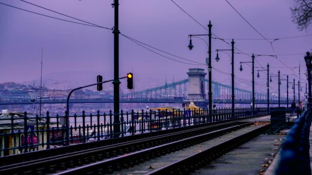 vídeos y material grabado en eventos de stock de time-lapse: hermosa imagen de exposición larga de chain bridge en budapest, hungría. vista de senderos ligeros a lo largo de la carretera. - cultura húngara