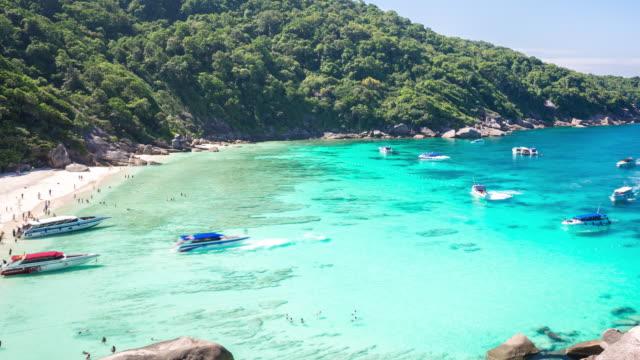 vídeos de stock, filmes e b-roll de 4 k de tempo (time-lapse) : belas ilhas de similan mar de andaman, phuket, tailândia - barco de passageiros