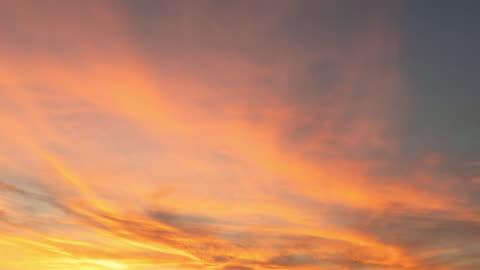 zeitraffer : schöner sonnenuntergang und wolkenbewegung - sunset stock-videos und b-roll-filmmaterial